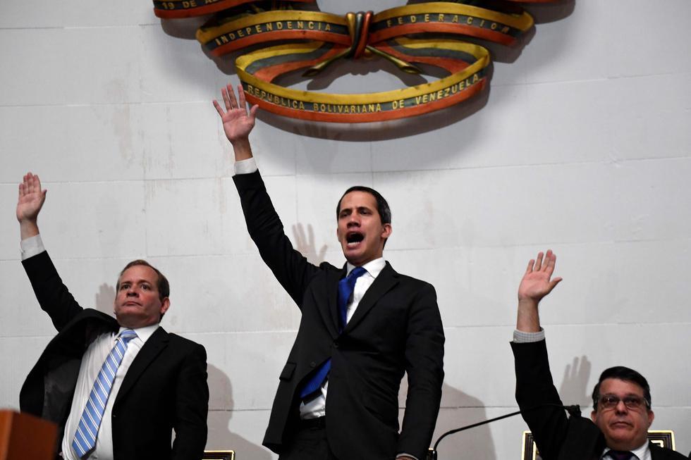 El líder opositor venezolano, Juan Guaidó, y un grupo de diputados lograron ingresar a sede del Parlamento de Venezuela (Foto: AFP)