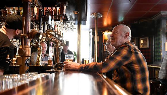 Un grupo de personas se reúne en un bar en Estocolmo, la capital de Suecia, el pasado 1 de abril. (Foto: Reuters).