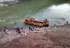 50 pasajeros se salvan de morir tras caída de bus a río Mantaro