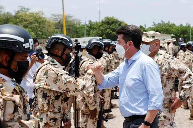 Last April, Colombian Defense Minister Diego Molano greeted soldiers during military exercises in La Guajira. EFE / Mauricio Dueñas Castañeda