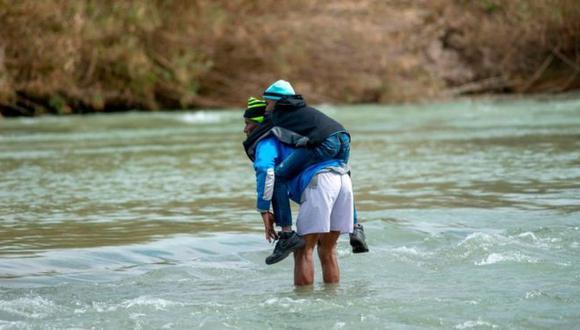 Familias de migrantes con niños cruzan cada día el Río Bravo en su intento por llegar a Estados Unidos. Foto: AFP