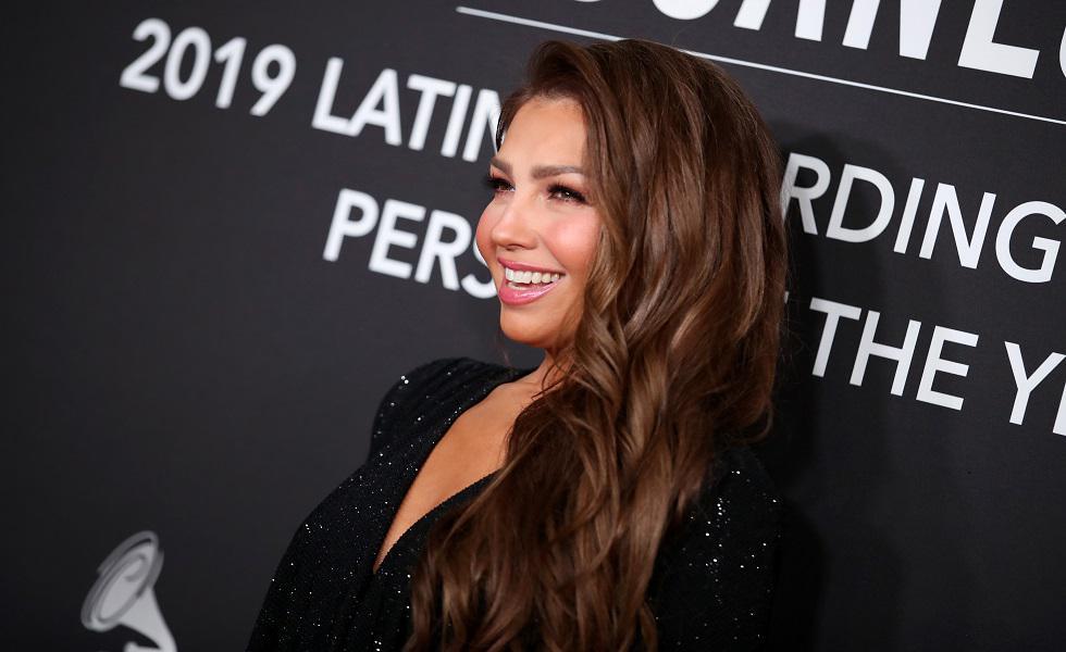 Thalía asistió a los 'Latyn Grammy Awards' en honor al cantante colombiano Juanes. A su paso lució espectacular con un vestido brillante en tono negro. Recorre la galería y conoce su look completo. (Foto: AFP)