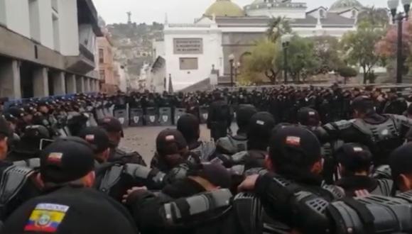 Policías antidisturbios del Ecuador rezan el Padre Nuestro antes de salir a las calles a enfrentar las protestas contra las medidas económicas del presidente Lenín Moreno | Foto: Captura de Facebook Policía Nacional del Ecuador