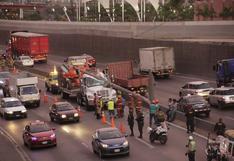 Poste cayó sobre cabina del conductor de camión tras choque en la Vía de Evitamiento