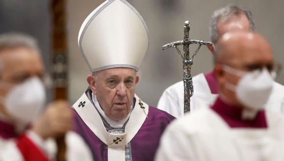 El papa Francisco es visto en la Basílica de San Pedro en el Vaticano, el 17 de febrero de 2021. (REUTERS/Guglielmo Mangiapane).