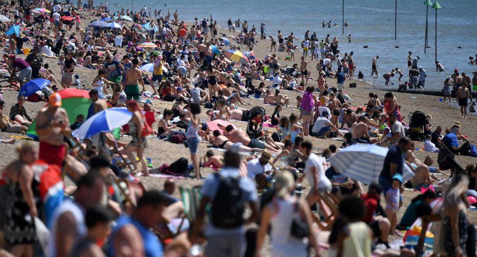 Los amantes de la playa disfrutan del sol mientras toman el sol en la playa y juegan en el mar, en el feriado bancario de mayo en Southend-on-Sea. (AFP / Ben STANSALL).