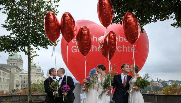 Las parejas posan durante el referéndum nacional sobre el matrimonio entre personas del mismo sexo en Suiza, el 26 de septiembre de 2021. (FABRICE COFFRINI / AFP).