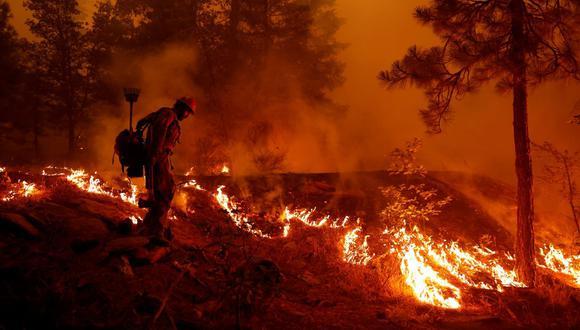El bombero del Servicio Forestal de los Estados Unidos, Ben Foley, trata de frenar la propagación del incendio Dixie, cerca de la ciudad de Greenville, California, Estados Unidos, el 6 de agosto de 2021. (REUTERS / Fred Greaves).