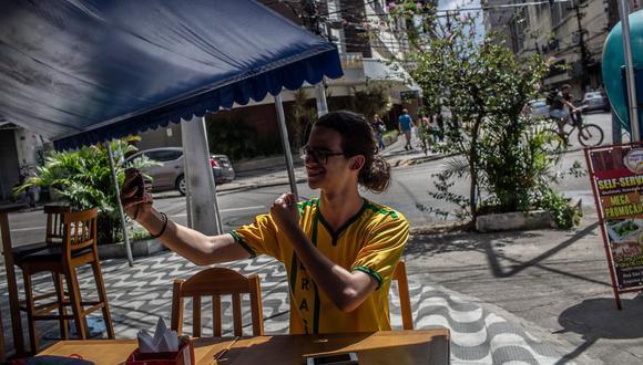Matheus Dominguez graba un video desde Niterói. Dijo que YouTube fue clave en su transición hacia la derecha política. (Dado Galdieri para The New York Times).
