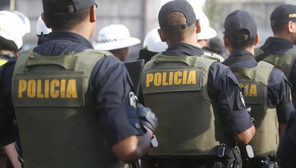 El Grupo Humanitario del Recojo de Cadáveres del Ministerio de Salud (Minsa) retiró el cuerpo de un agente de la Policía Nacional del Perú (PNP), quien falleció este jueves en el interior de su vivienda, situada en Lurín. (Foto GEC)