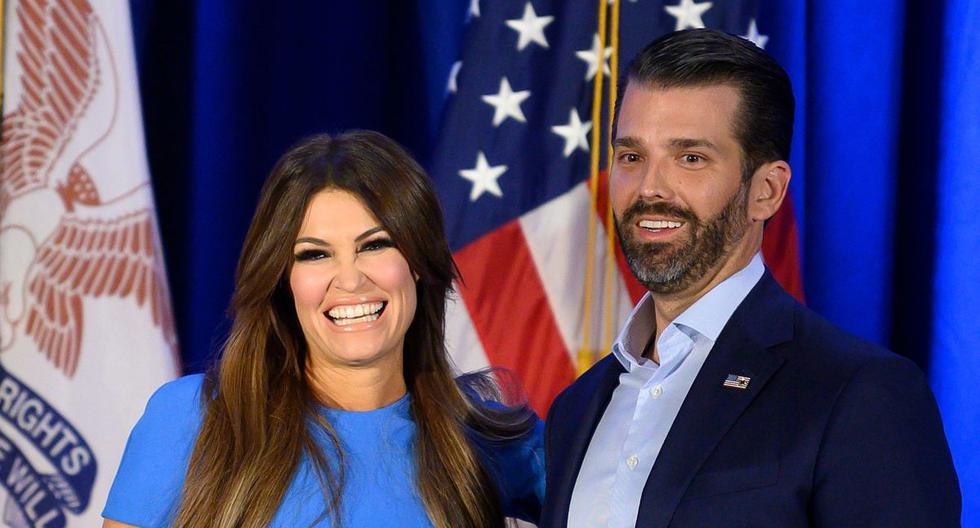 En esta foto de archivo tomada el 3 de febrero de 2020, Donald Trump Jr. y su novia Kimberly Guilfoyle sonríen durante una conferencia de prensa. (AFP / JIM WATSON).
