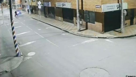 Ladrones de casas son asaltados por otros delincuentes en moto en la localidad de Bosa, en Bogotá, Colombia. (Captura de video).