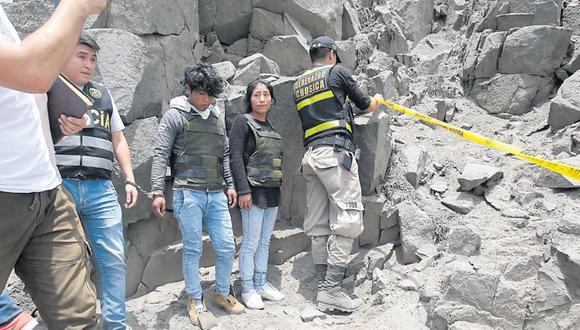 Con presencia de los detenidos (en la foto), ayer se retiró el cuerpo de la menor de un cerro de Huachipa. (USI)