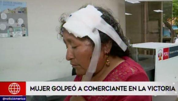 Video muestra cómo una mujer usa un palo de madera para atacar a la anciana. (Foto: Captura América Noticias)