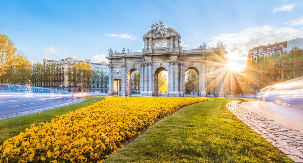 La Puerta de Alcalá de Madrid es obra del arquitecto Francesco Sabatini. En la capital española hay más de 66.300 contagios y 8.800 fallecidos.  / Foto: Shutterstock.