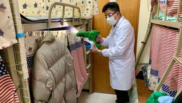 Un hombre demuestra cómo rociar MAP-1, un desinfectante de superficies que un equipo de investigadores universitarios afirmó que ser efectivo contra virus y bacterias, en un apartamento en Hong Kong. (Foto: Reuters/Yoyo Chow)