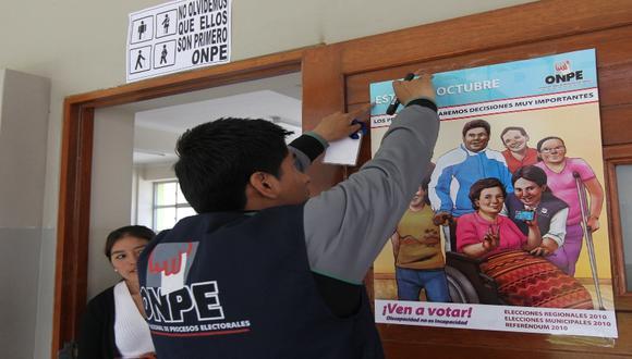 Personal de la ONPE viene instalando las mesas de votación. (Foto: USI)