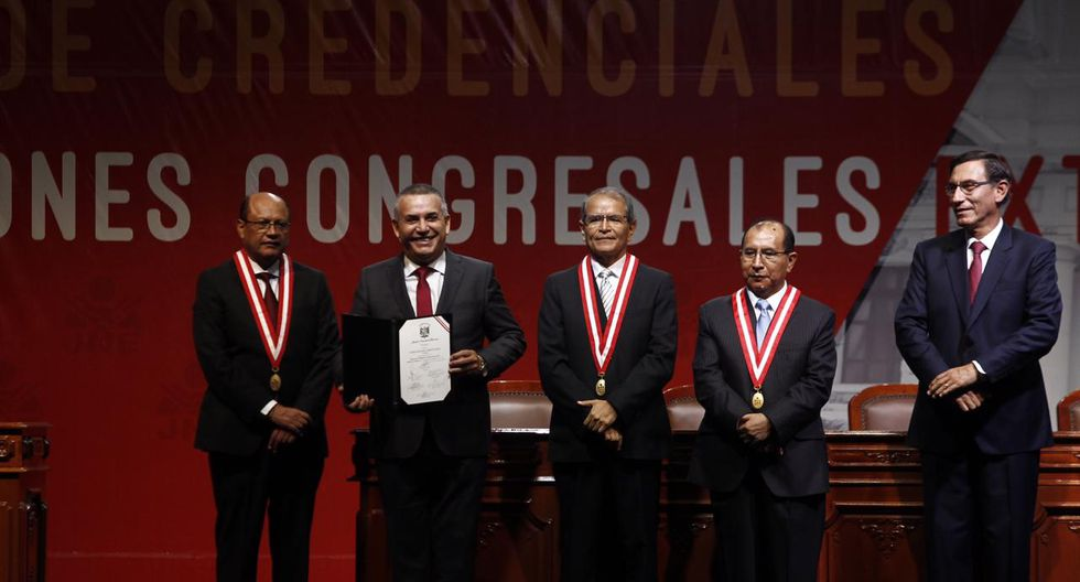 El congresista electo Daniel Urresti recibe su credencial de parte del JNE. (Foto: César Campos / GEC)