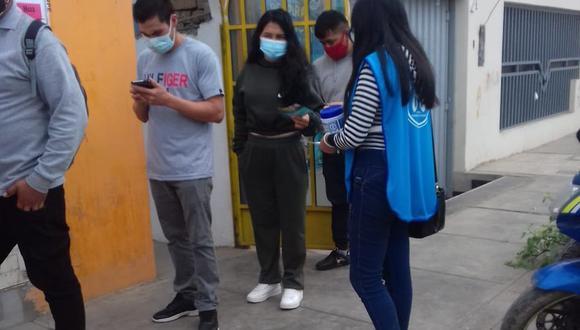 Voluntaria de Respira Florencia en exteriores de uno de los centro de votación   Foto: Cortesía Respira Florencia