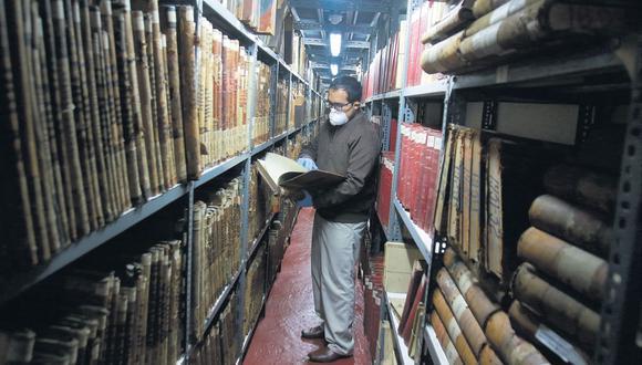 """El AGN tiene 30 mil metros lineales de documentos. En el Jr. Camaná hay 32 cámaras de seguridad que resguardan el patrimonio. El más antiguo es el """"Libro becerro"""" ( 1533 ). (Anthony Niño de Guzmán / Archivo El Comercio)"""