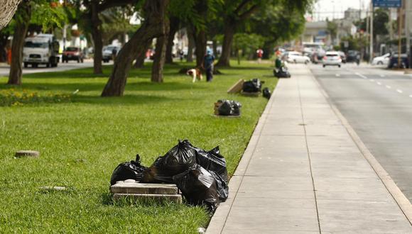 Desde ayer se reporta acumulación de basura en la avenida La Castellana, en Surco. (Leandro Britto/ El Comercio)