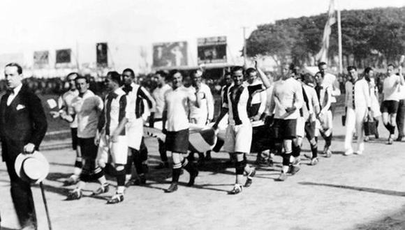 La selección peruana saliendo a la cancha con la bandera de Uruguay. (Foto/ Revista Mundial).