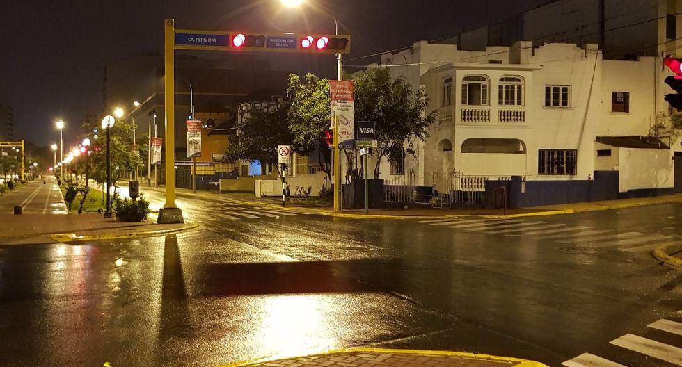 Inusual lluvia de verano se registró durante horas de la madrugada y sorprendió a los limeños. (Foto: @pacofloresc)