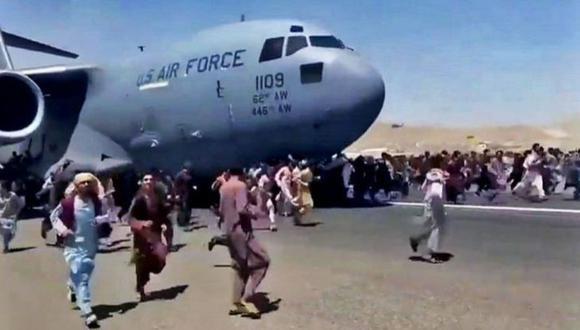 El lunes, miles de personas llenaron el aeropuerto de la capital de Afganistán, corrieron por la pista y subieron a los aviones en un intento desesperado de huir del país después de que los talibanes derrocaran al gobierno respaldado por Occidente. (Foto: Captura de video).