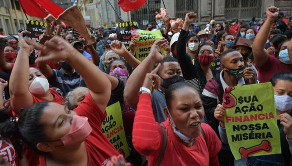 Activistas del Movimiento de Trabajadores sin Hogar (MTST) asaltan la sede de la bolsa de valores en Sao Paulo, Brasil. (Foto: NELSON ALMEIDA / AFP)