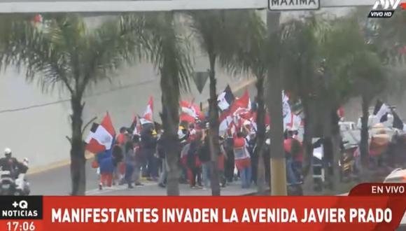 La turba portaba banderas con los colores negro y blanco. (Foto: captura ATV+)