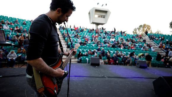 Un músico toca su guitarra en un concierto donde el público tuvo que mostrar su 'Green Pass', un pase para los vacunados contra el coronavirus o los que tienen presunta inmunidad, en Tel Aviv, Israel, el 24 de febrero. (Foto: Amir Cohen / Reuters).