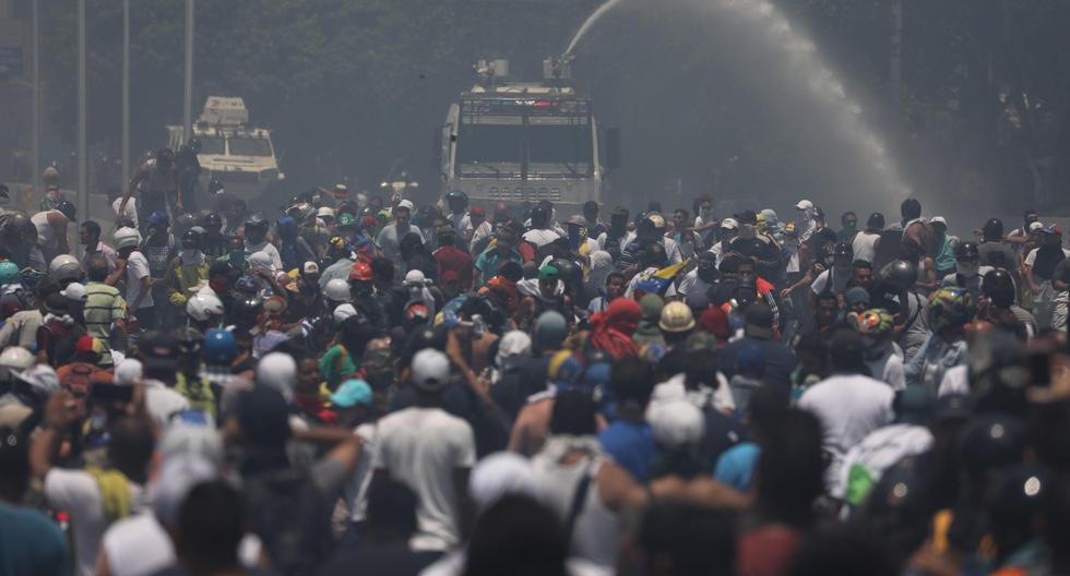 Desafiando al régimen de Nicolás Maduro, el líder opositor de Venezuela Juan Guaidó llamó el martes a los militares a buscar la salida del gobierno. Miles de opositores respondieron a su llamado. (EFE).