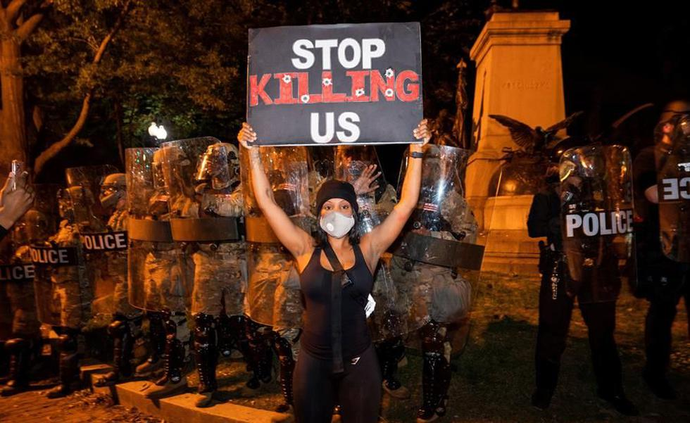 """Una manifestante con una pancarta en la que se puede leer """"Deja de matarnos"""" durante las manifestaciones en Washington por quinto día consecutivo por la muerte de George Floyd a manos de la policía de Minneapolis. (EFE/ Jim Lo Scalzo)."""