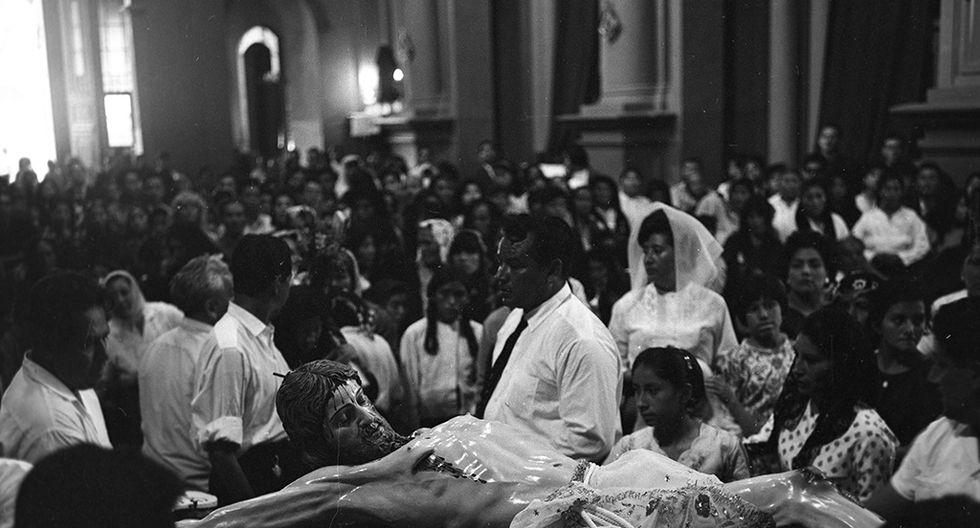 El 16 de abril de 1965, cientos de personas realizaron el recorrido por las iglesias del Centro de Lima durante Viernes Santo. (Foto: Archivo Histórico El Comercio)