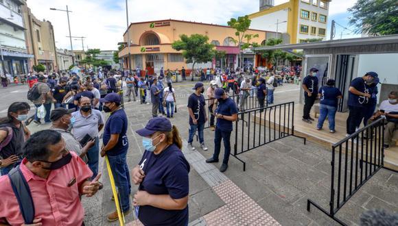 Los clientes hacen fila para usar un cajero automático (ATM) Chivo Bitcoin en San Salvador, El Salvador, el martes 7 de septiembre de 2021. (Foto: Camilo Freedman / Bloomberg).