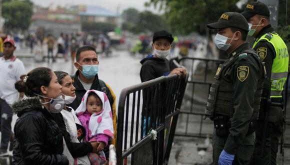 Imagen referencial. Venezolanos hablan con policías colombianos en un intento por regresar a su país cruzando el puente Simón Bolívar. Archivo marzo de 2020. (EFE).