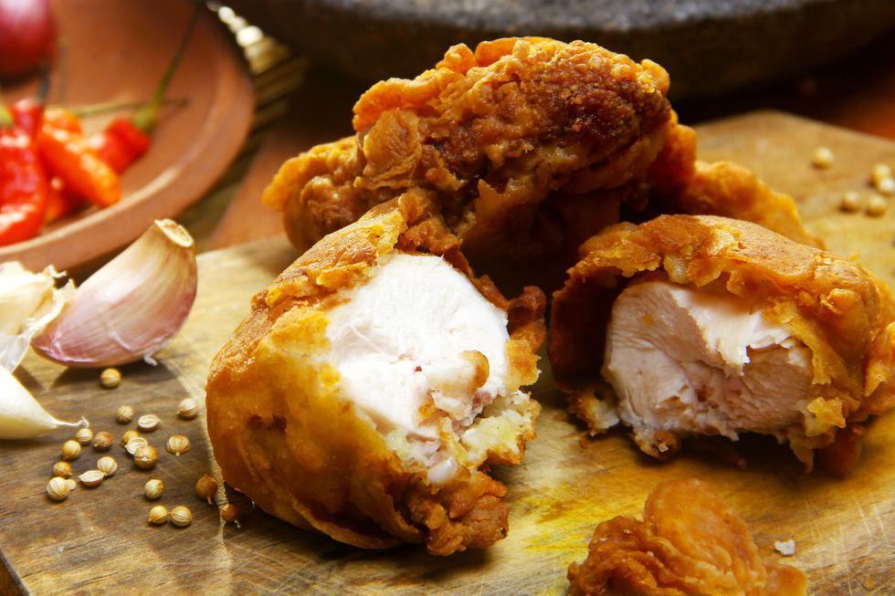 Quizás pienses que freír el pollo no tiene ningún secreto, pero existen algunas técnicas que te ayudarán a conseguir que te quede perfecto. (Yanuar Putut Widjanarko|Pexels)