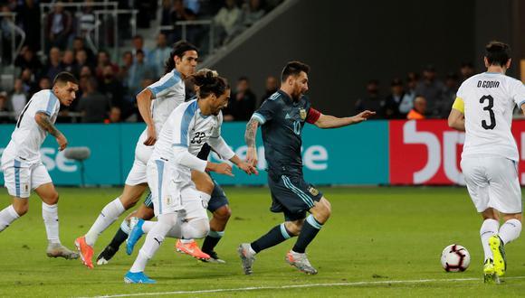 Lionel Messi y la descomunal acción en la que apiló 5 rivales en el Argentina vs. Uruguay   VIDEO. (Foto: AFP)