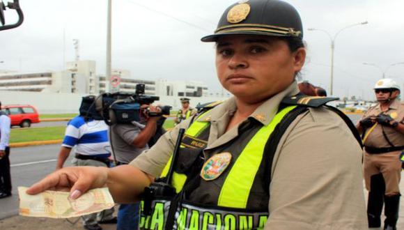 Denunciaron a chofer que quiso coimear a policía frente a la Tv