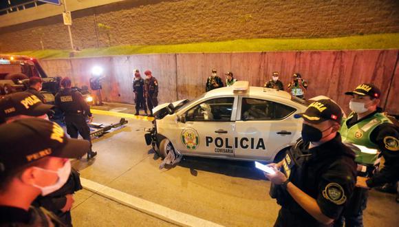 Patrullero de la comisaría  de surco en persecución a otro auto  se estrella contra muro  de la via expresa cruce con av. aramburu - san isidro.  Fotos: César Grados / @photo.gec