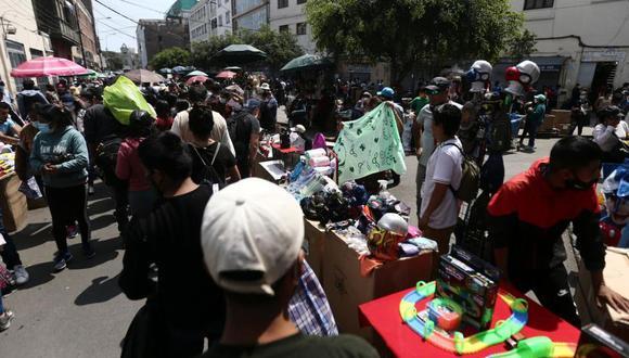 Cerca de un centenar de ambulantes atacó con palos, piedras y objetos contundentes a agentes de comuna limeña, que no recibieron apoyo de la policía pese a ser solicitado. (Foto: El Comercio)