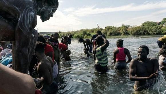 Migrantes que buscan asilo en EE.UU. se bañan en el río Bravo (río Grande), en la frontera con México. (Reuters).