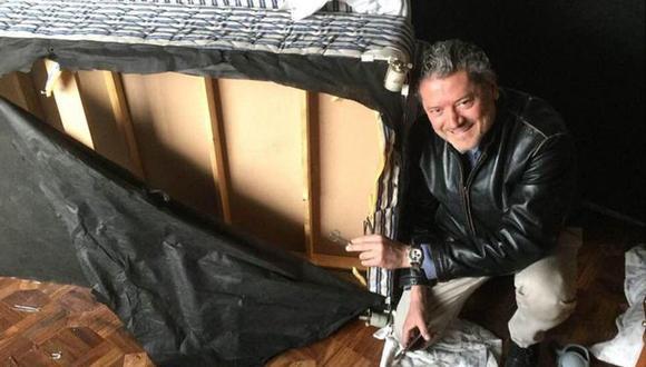 Vasileios Vasileiou junto a la cama en la que se escondió cuando los talibanes entraron en su habitación.