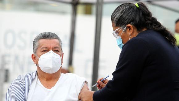 Una enfermera administra una vacuna Pfizer-BioNTech Covid-19 al médico epidemiológico de 66 años David Díaz Santana, durante el inicio de la vacunación contra el virus SARS-CoV-2 al personal médico del Hospital General del Oeste de Zoquipan en Zapopan, Estado de Jalisco, México. (Foto: Ulises Ruiz / AFP)