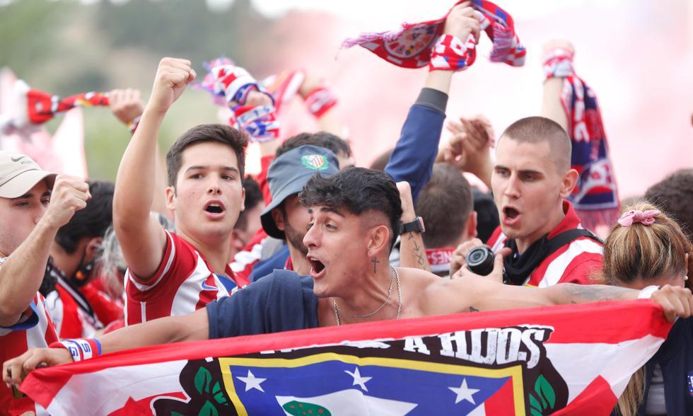 La celebración de los hinchas del Atlético de Madrid tras conseguir el título de LaLiga   Foto: EFE