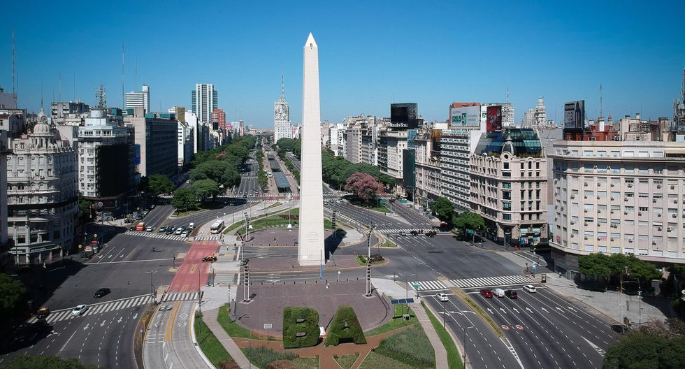 Vista área del sector del Obelisco, prácticamente vacío, durante el aislamiento preventivo obligatorio para toda la población para frenar el avance del coronavirus. (EFE/ Juan Ignacio Roncoroni).