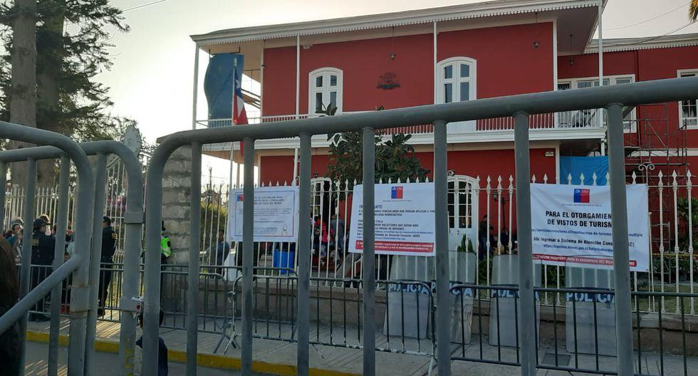 Instalan rejas frente a consulado de Chile, donde venezolanos formas filas para el trámite de la visa. (Foto: Ernesto Suárez)