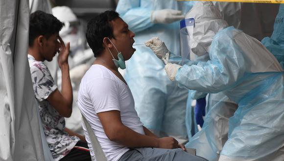 Paciente es sometido a una prueba para detectar si tiene Covid-19. (Foto referencial: Shutterstock)