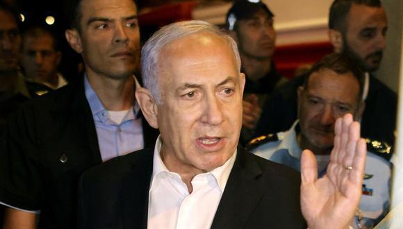 El primer ministro israelí, Benjamín Netanyahu, recorre la ciudad de Lod a primeras horas del 12 de mayo de 2021. (AHMAD GHARABLI / AFP).