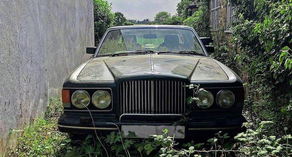En el estacionamiento se encuentran cinco autos abandonados cubiertos de vegetación, entre ellos un Bentley. (Foto: Triangle News)